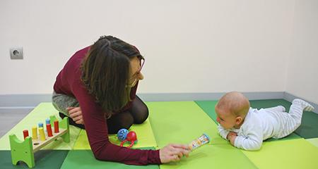 Resultado de imagen de jugar con bebe boca abajo